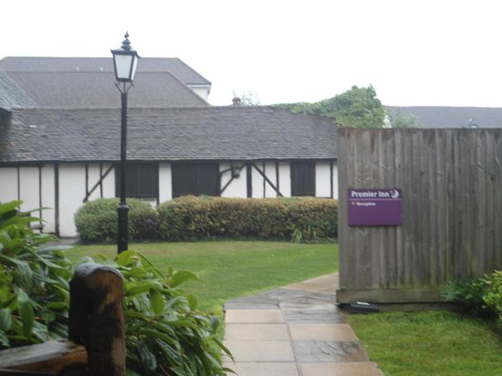 Premier Inn London Gatwick Airport South (London Road) Hotel : Lovely building apparently 14th Century.