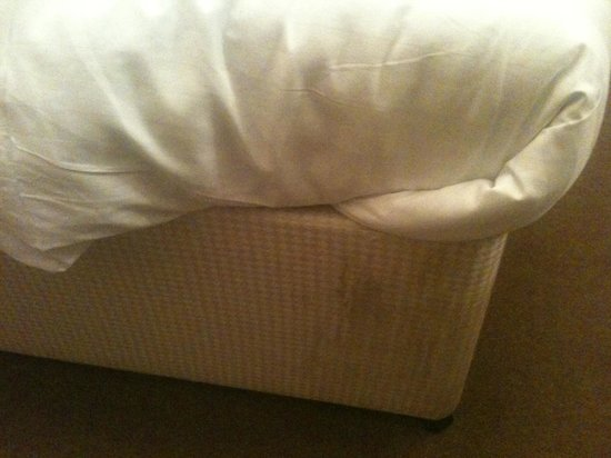 Royal British Hotel: Spots on the bed
