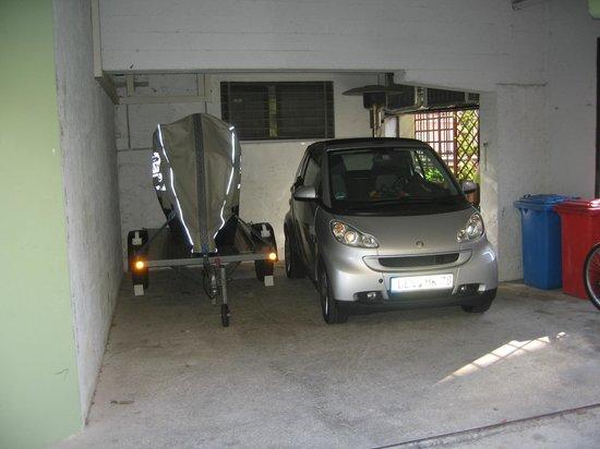 Hotel Alpino: Garage im Hinterhof