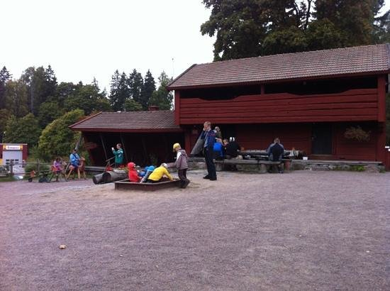 Bembolen Kahvitupa : outdoor w some table and play ground for kids.