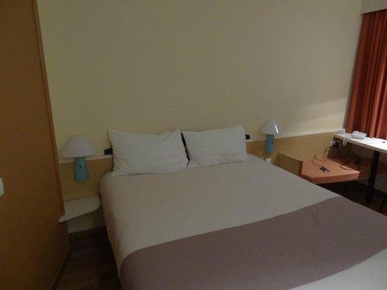 Hotel ibis Fribourg : Под светильниками у кровати выключатели, связанные с выключателем у входа.