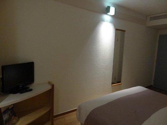 Hotel ibis Fribourg : Освещение не для чтения.
