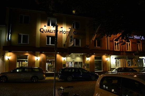 Quality Hotel Grand: The front of the hotel at night