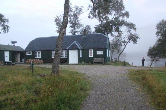 Loch Ossian Youth Hostel: The hostel at dawn