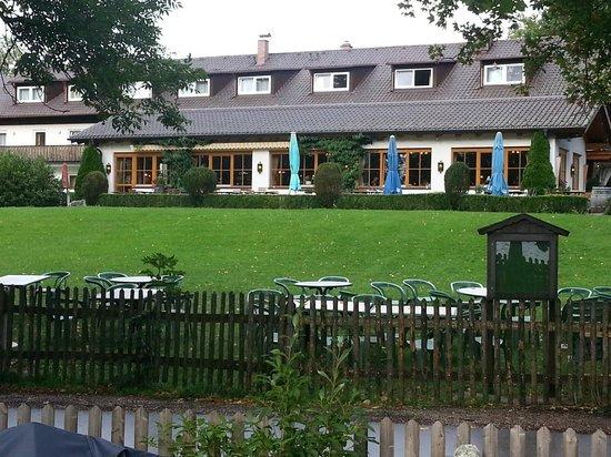 Landhotel Huber Am See: Hotelansicht mit Liegewiese