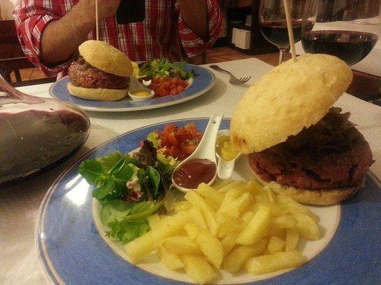 El Recreo de Las Caldas: Hamburguesa de Buey con cebolla confitada...