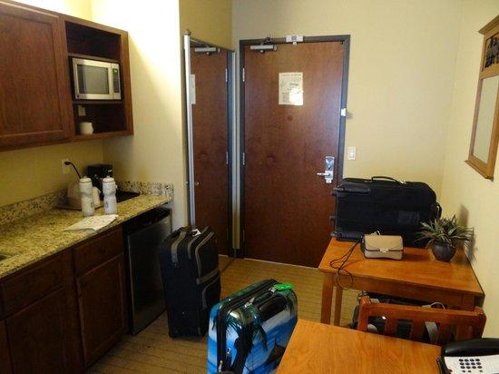 StoneCreek Lodge Missoula: Kitchen & desk