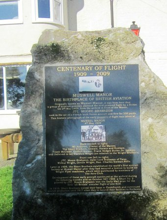 Muswell Manor Holiday Park : Memorial plaque to the early aviators
