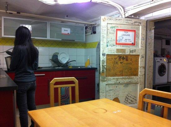 Yoho International Youth Hostel: Basement stoveless kitchen