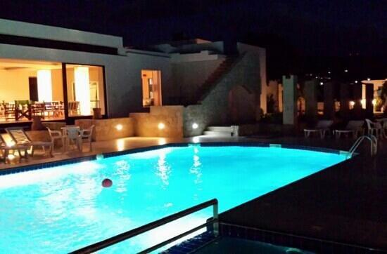 Viglia Beach Apartments : Ein Abend am Pool