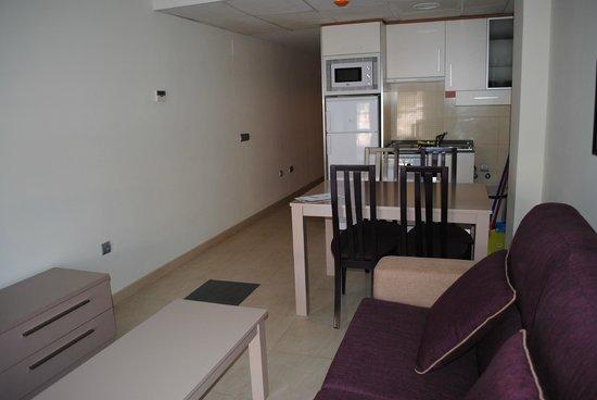 Marina Rey Apartamentos: Salón-cocina