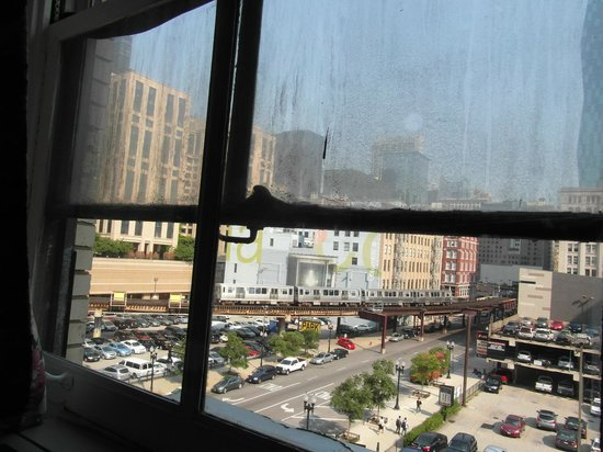 Travelodge by Wyndham Downtown Chicago: Famous L train, despite dirty windows
