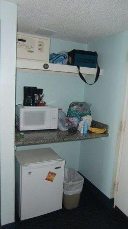Carolinian Beach Resort: Micro, coffee maker and fridge in room 605
