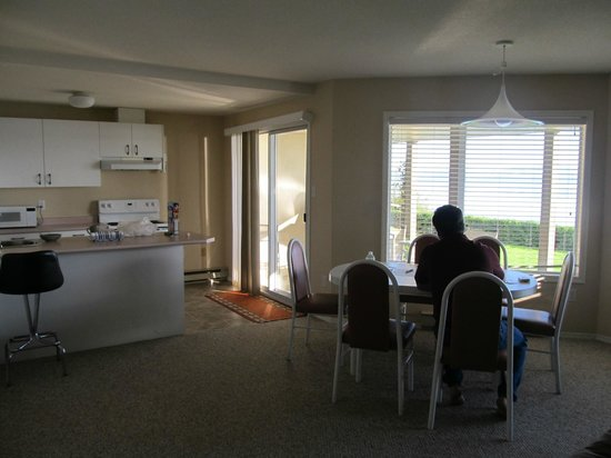 Ocean Sands Resort : Kitchen, dining and patio, all with a view!