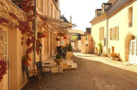 Hôtel les Charmes : Hotel Les Charmes (office, bar & view to street & vineyards)