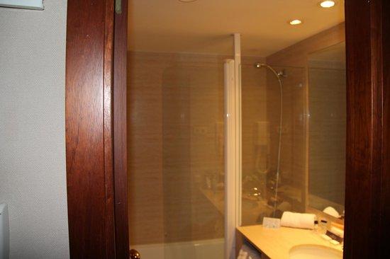 Pol & Grace Hotel: Lavandino e doccia