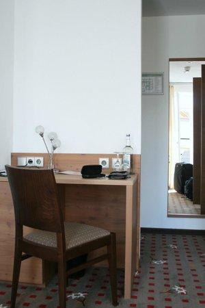 Alpin Lifestyle Lowen & Strauss: Schreibplatz mit Minibar im zimmer