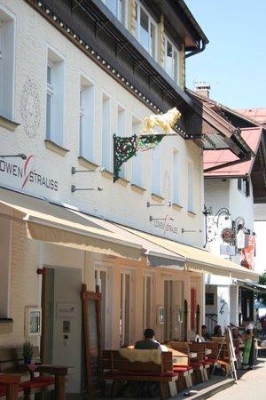 Alpin Lifestyle Lowen & Strauss: Eingang und Sitzplätze außen