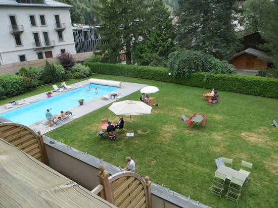 Hotel L'Oustalet: Lawn and pool area from our balcony