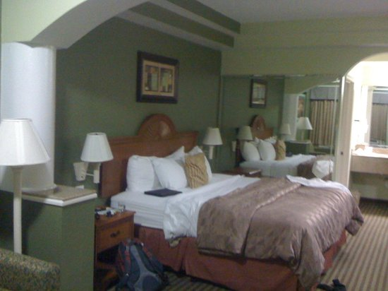 Days Inn & Suites Houston Hobby Airport: Bed