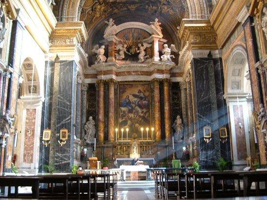 Chiesa di Gesu e Maria: altare maggiore con pala di Giacinto Brandi