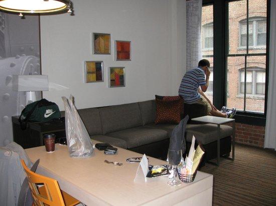 Residence Inn Boston Downtown/Seaport : Full sofa sleeper.
