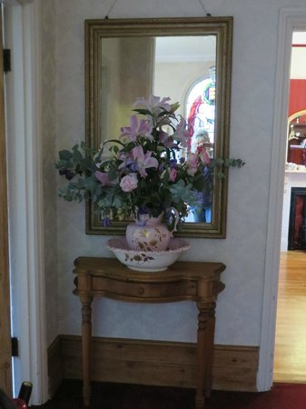 Lenwade Bed & Breakfast: Flowers in hallway