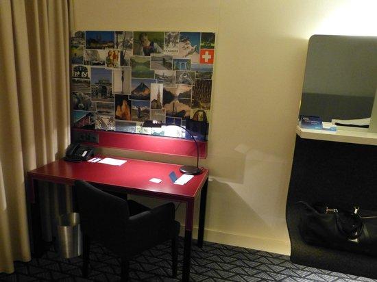 Radisson Blu Hotel, Zurich Airport: Desk in our room