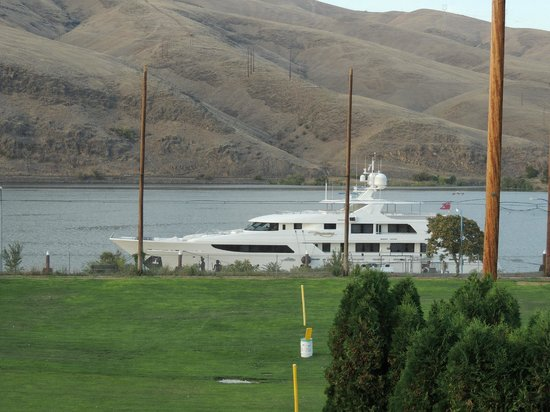 Quality Inn & Suites Conference Center: Yacht at Beamer's Dock