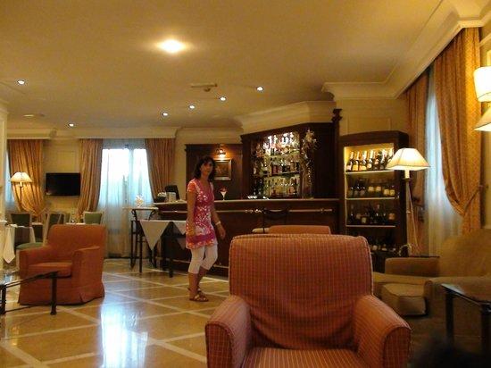 ดอนนาเลาราพาเลส: Bar de l'hotel