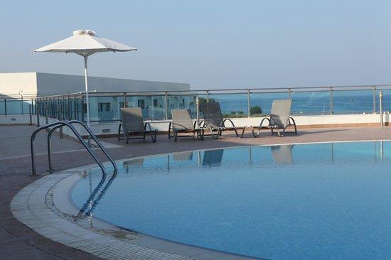 SENTIDO Apollo Blue: Pool vor dem Zimmer