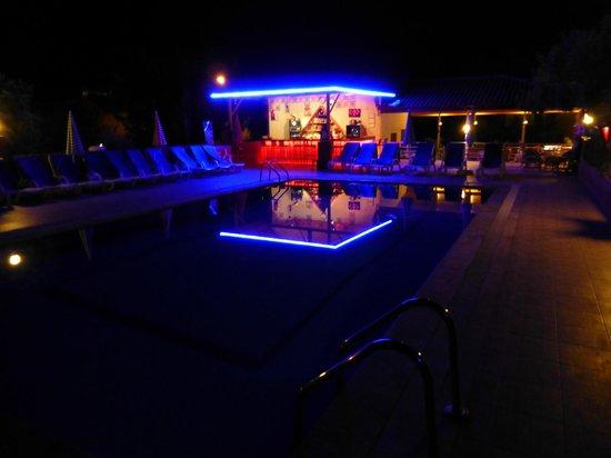 Hayat Apart Hotel: Hayat bar in the evening.