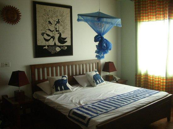 Blue Elephant Tourist Guest House: Vue chambre lit