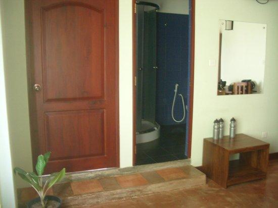 Blue Elephant Tourist Guest House: Vue salle de bain