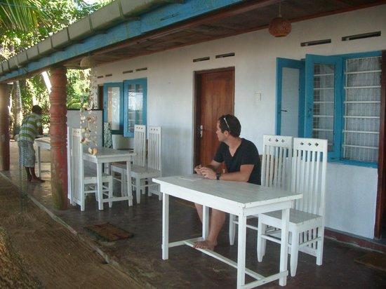 Sun N Sea Guesthouse: Patio pour les repas sur place vu sur mer / derrière d'autres chambres