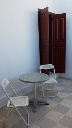 Hotel Makarios : Sedie terrazzo arrugginite
