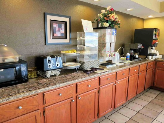 Americas Best Value Inn - Tulsa Airport: Nice breakfast area, not much food