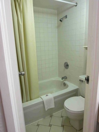 Motel 6 Dallas - Farmers Branch: Room 103 small bathroom, good water pressure