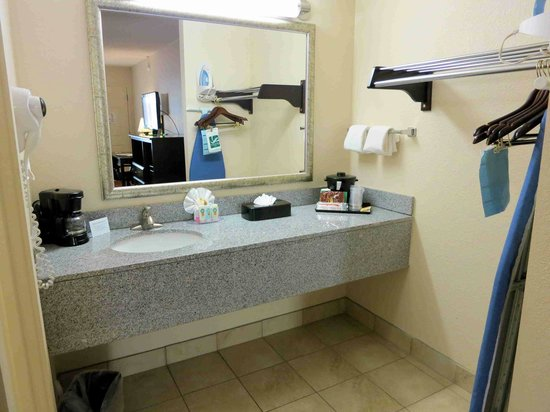 Quality Inn & Suites Airport : Sink counter, note offset mirror from sink