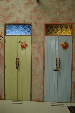 Cozy Bangkok Place Hostel : Entrées des chambres