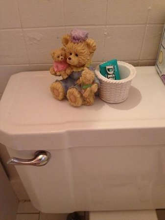 MacDougall House Bed and Breakfast : bathroom bear