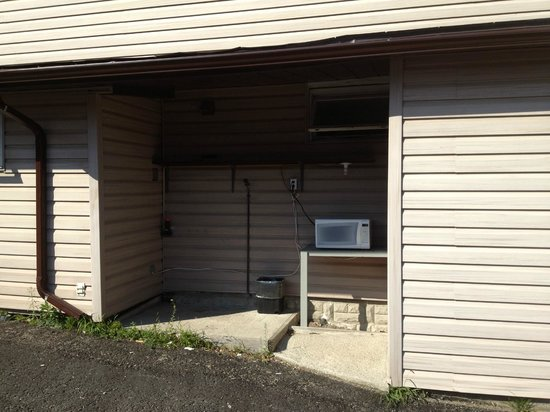 Silver Maple Motel : Outdoor Community Microwave
