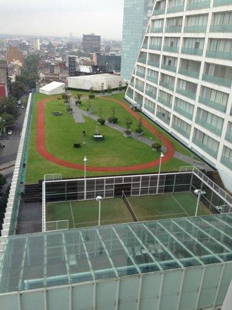 Holiday Inn Express Mexico Reforma: vista de la pista para correr, tenis y piscina