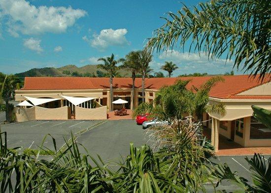 Ocean Beach Motor Lodge : Carpark & Restaurant