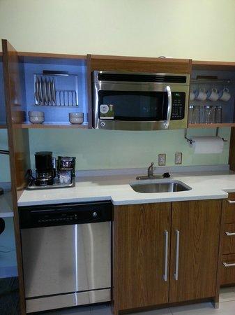 Home2 Suites Charleston Airport / Convention Center : Kitchen