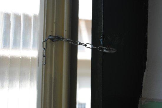 Mar Blau Tossa Hotel : Cierre de la puerta del  baño