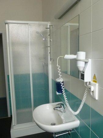 Hostel Florenc: secador e banheiro iluminado