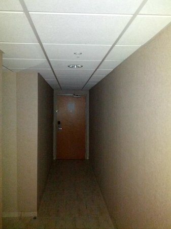 Ocean 1 Hotel and Suites: Confused by 20-30' hallway to 10'x10' room?