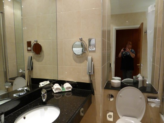 The Parkway Hotel & Spa: Bathroom was lovely, there wasnt an extractor fan though