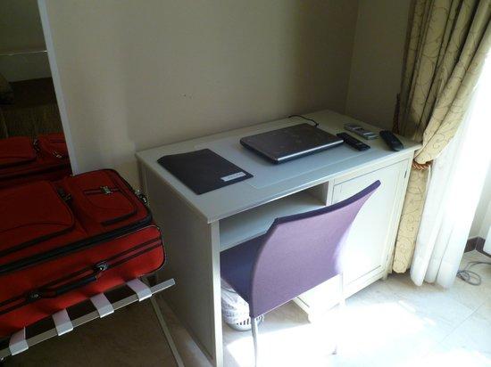 Hotel Alius: Desk area, free WiFI, provided Laptop